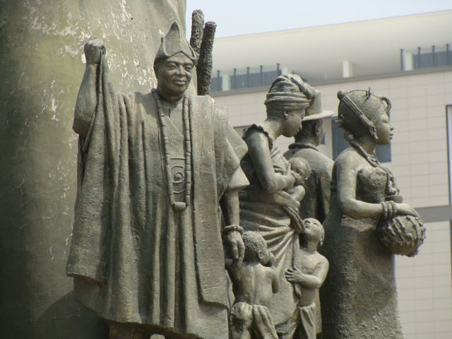 Statue_at_the_capitol_in_abuja